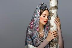 传统衣裳的美丽的俄国女孩 图库摄影