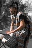 传统衣裳的Africian鼓手 免版税图库摄影