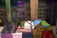 传统衣裳Lua少数在桌和垂悬上显示 免版税库存照片