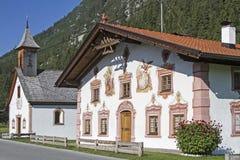 传统被绘的大厦在提洛尔 库存图片