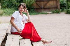 传统被绣的衬衣的乌克兰人孕妇 免版税库存图片