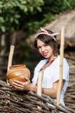 传统被绣的衬衣的乌克兰人孕妇 免版税库存照片