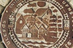 传统装饰的下水道出入孔在卑尔根,挪威 免版税库存照片