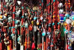传统装饰项链在西藏市场 库存照片