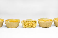 传统巴西微型鸡饼称empada并行在与在中部削减的一个的白色背景中 免版税库存照片