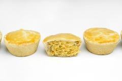 传统巴西微型鸡饼称empada并行在与在中间关闭削减的一个的白色背景中 库存照片