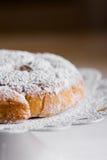 传统西班牙或菲律宾酥皮点心ensaimada 搽粉,在白蛋糕立场 舒适土气厨房 库存图片