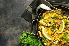 传统西班牙瓦伦西亚语盘肉菜饭-炖用米和 库存图片