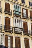 传统西班牙语在典雅的居民住房的被关闭的Windows 免版税库存照片