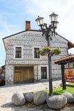 传统议院和灯笼在班斯科 免版税库存图片