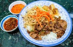 传统越南小圆面包细面条沙拉 免版税图库摄影