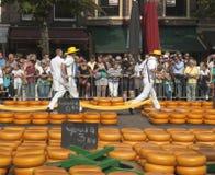 传统运输在乳酪市场上在阿尔克马尔, 库存照片