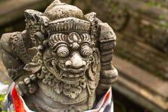 传统邪魔卫兵雕象在石头,巴厘岛雕刻了 免版税库存照片