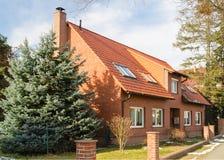传统郊区欧洲房子 免版税库存图片