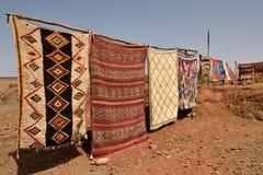 传统巴巴里人地毯待售在摩洛哥 免版税库存照片
