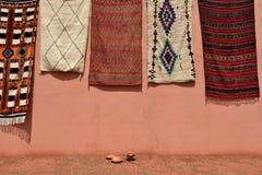 传统巴巴里人地毯待售在摩洛哥 免版税库存图片