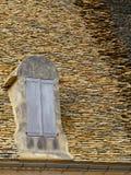 传统铺磁砖的屋顶在法国的多尔多涅省地区 免版税库存图片