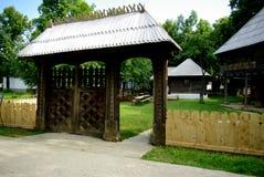 传统门在罗马尼亚。 库存图片