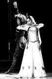 传统阿塞拜疆婚礼舞蹈:男人和妇女 免版税库存照片