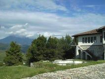 传统阿尔巴尼亚议院和山景城,培拉特,阿尔巴尼亚 免版税库存照片