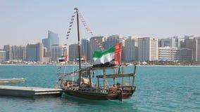 传统阿拉伯单桅三角帆船在阿布扎比 股票录像