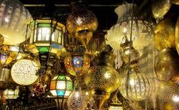 传统阿拉伯样式culorful灯笼在夜市场上 免版税库存图片