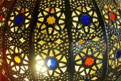 传统阿拉伯样式culorful灯笼在夜市场上 图库摄影