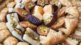 传统阿拉伯甜酥皮点心果仁蜜酥饼关闭 免版税库存照片