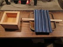 传统震动杯子和吃板材的安排 图库摄影