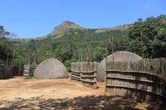 传统非洲村庄小屋在Mantenga,斯威士兰,南部的非洲人,旅行,家 免版税库存图片