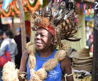 传统非洲部族礼服的人,享受市场 库存图片