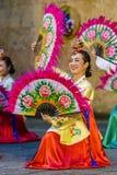 传统韩国舞蹈的女性执行者 免版税库存图片
