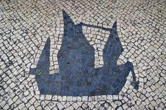 传统风格葡萄牙人步行区域的Calcada路面在澳门,中国 免版税库存图片