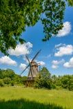 传统风车和蓝天 库存图片