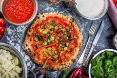 传统素食意大利薄饼用胡椒和西红柿酱 免版税图库摄影