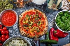 传统素食意大利薄饼用胡椒和西红柿酱 免版税库存图片