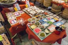 传统食物在西龟ichiba市场上在京都 日本 免版税库存图片