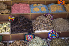 传统香料义卖市场用草本和香料在阿斯旺,埃及 免版税库存照片