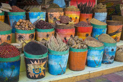 传统香料市场用草本和香料在阿斯旺,埃及 免版税图库摄影