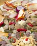 传统香肠和肉在桌上 库存照片