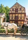 传统马运输车和木房子小室的在奥尔胡斯赌博  图库摄影