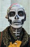 传统头骨服装的女孩在蛇神步行圣保罗 图库摄影
