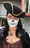 传统头骨服装的女孩在蛇神步行圣保罗 库存图片