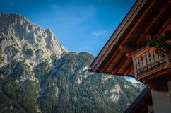 传统高山瑞士山中的牧人小屋 免版税库存图片