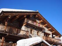 传统高山滑雪瑞士山中的牧人小屋 免版税库存照片