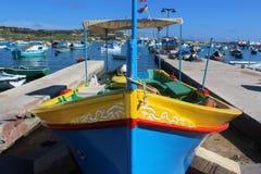 传统,五颜六色的渔船在Marsaxlokk港口, 库存照片