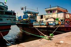 传统Abra出租汽车小船在迪拜Creek - Deira,迪拜Deira,阿联酋 库存照片