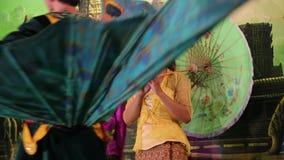 传统Apsara展示在地方餐馆在暹粒市,柬埔寨 股票视频