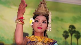 传统Apsara舞蹈在地方餐馆在暹粒市,柬埔寨 影视素材
