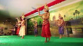 传统Apsara舞蹈在地方餐馆在暹粒市,柬埔寨 股票录像
